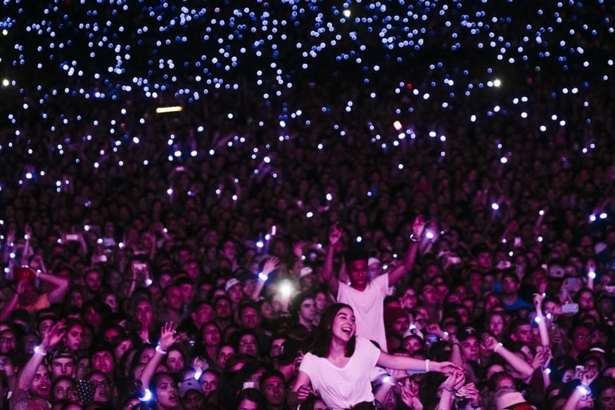 Publik med lysande armband